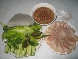 Bánh tráng thịt lợn chấm mắm nêm