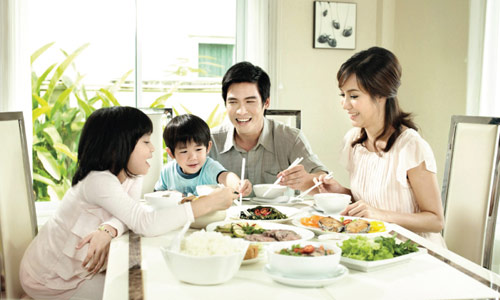 Bữa cơm cùng gia đình bên các con